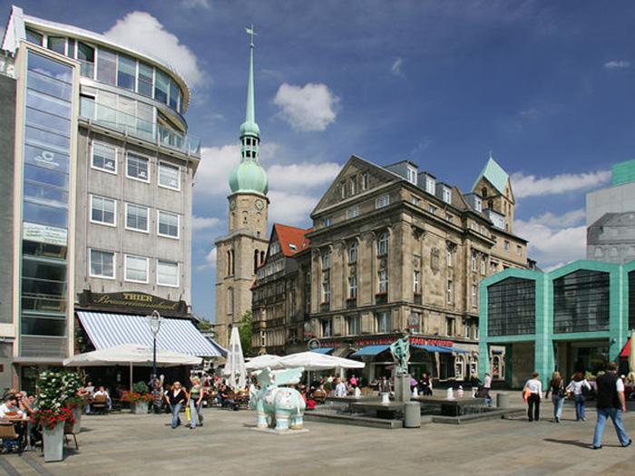Schon im 12. Jahrhundert trafen sich hier Kaufleute, Handwerker und Bürger, um Geschäfte zu machen. Der 1901 entworfene Bläserbrunnen erinnert an die Markttradition und war als Tränke für die Tiere angelegt. Noch heute ist der Alte Markt ein beliebter Treffpunkt.