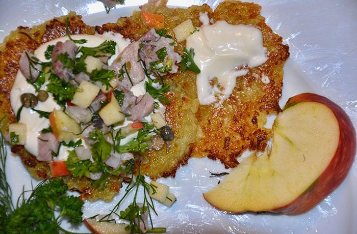 matjessalat-auf-reibekuchen