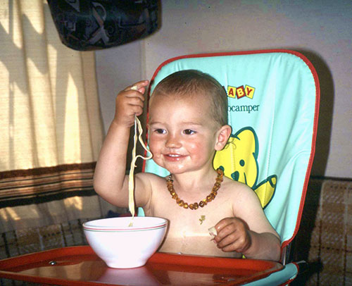 Erste Spaghettierfahrung mit allen Sinnen